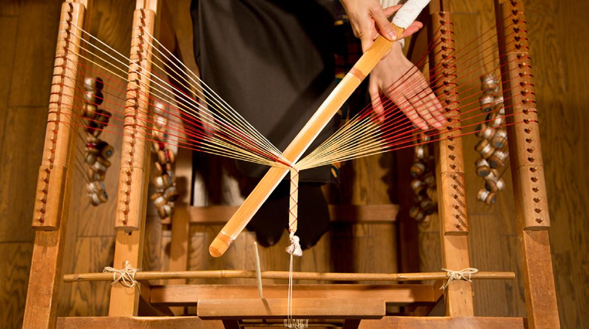 Ayatakedai(Bamboo stand) creates flat braids, similar to those made by tablet (card) weaving. Kumihimo